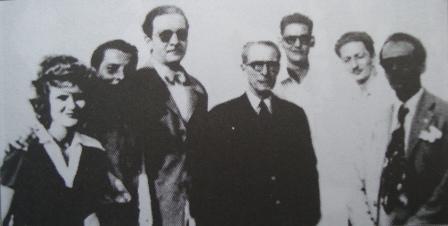 Acosta, al centro, junto a un grupo de escritores en los días de su nominación como Poeta Nacional