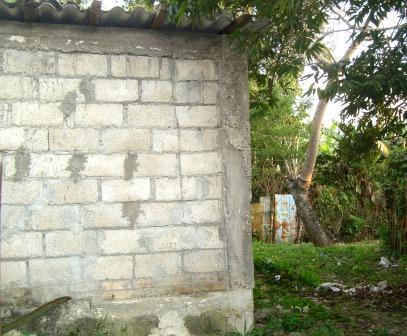 En primer plano parte de la casa de Andrade. Al fondo la puerta que abrieron los vecinos, a pesar de contar con una entrada frontal, con el único objetivo de molestarlo.