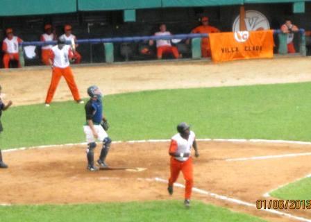 Momentos del play off entre el equipo de Villa Clara y Cienfuegos. Foto cortesía de Jesús Hernández.