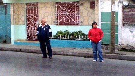Estas personas vigilan la vivienda de una opositora pacífica con el objetivo de impedir que salga de la misma.