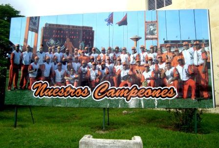Cartel situado en Santa Clara donde se rinde homenaje al equipo de béisbol de Villa Clara ganador de la 52 Serie Nacional.