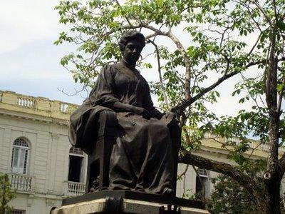 Marta Abreu en su butaca del parque Vidal.