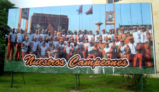 Cartel ubicado en Santa Clara donde se alaba al equipo de Villa Clara de béisbol.