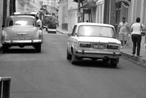 Calle Independencia, entre Maceo y Unión se cubrió con asfalto los adoquines de principios del siglo XX.